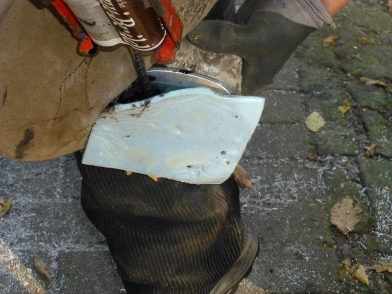 Kunstoffvergussmasse als Polsterung im Rehebeschlag